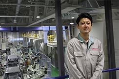 川崎重工業株式会社のロボットビジネスセンターで働く中途採用のエンジニアに、業務内容や社風についてお話を伺いました