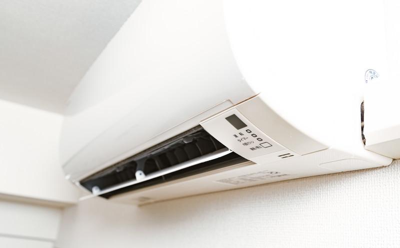 エアコンから冷風が出るのはなぜか。仕組みを解説