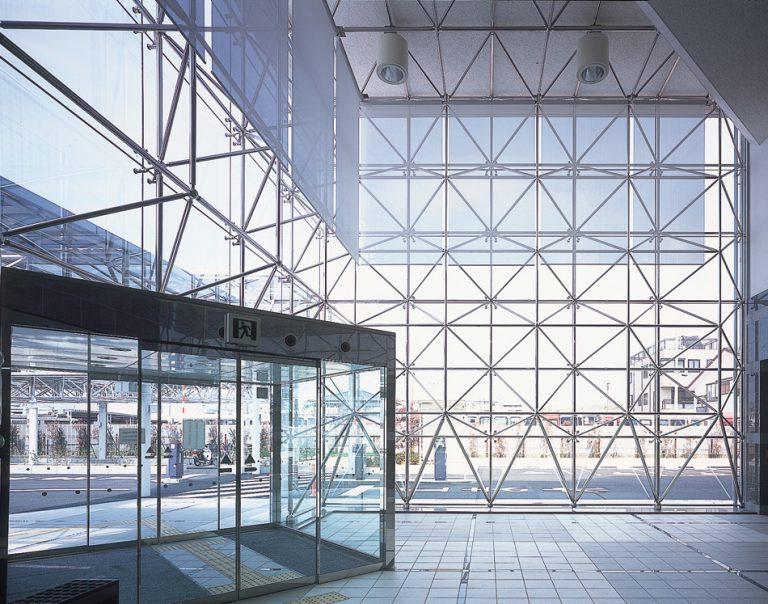天井部を始め側面壁やその他の開口部を遮断することなく、 大面積のガラス平面構造を実現する同社の「太陽ビューシステム(TVS)」(公式HPより)