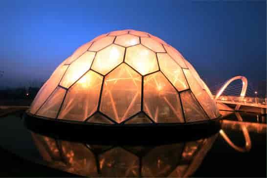 ガラスでもない、膜でもない透明建材。超軽量かつ高い可視透過率を誇る、 同社の『高機能フッ素樹脂ETFEフィルム』