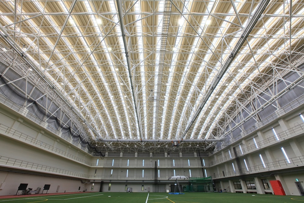 体育館1,000棟以上、大空間をはじめ、日本全国様々な場所で採用される同社のTMトラス。 柱を最小限に抑え、軽快で開放的な空間づくりを実現します(公式HPより)