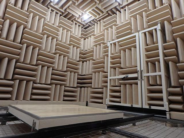 無響室などの実験設備