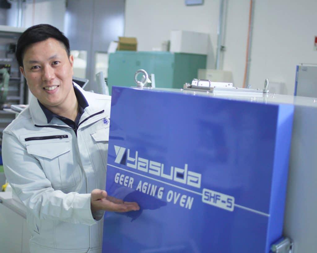 自社製品を紹介する安田精機製作所の営業部長